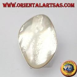 Anello d'argento con una grande madreperla