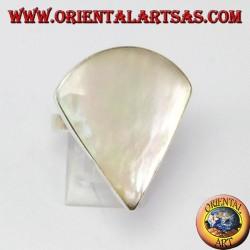 Bague en argent avec nacre triangulaire (secteur circulaire)