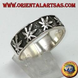 Anello fedina in argento, con foglie di canapa a bassorilievo
