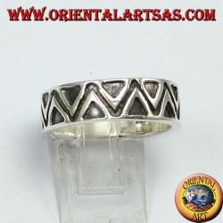 Anello a fascia in argento, con triangoli a bassorilievo
