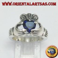 Anello Claddagh con zircone di colore blu zaffiro